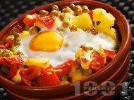 Гювече с картофи, грах от консерва, топено сирене, яйца и печени чушки
